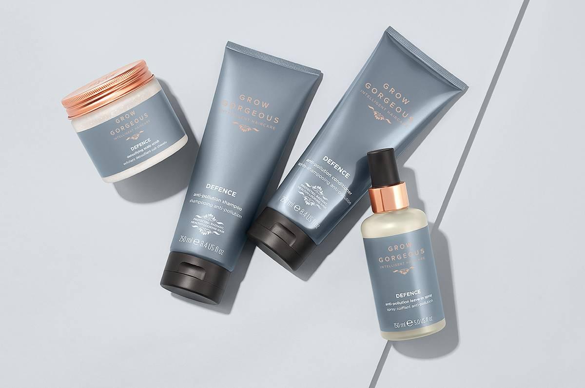<b>Exfoliant détoxifiant pour cuir chevelu</b> : prépare le cuir chevelu et élimine l'accumulation de produit. <br><b>Shampooing détoxifiant</b> : nettoie et purifie les mèches. <br><b>Après-shampooing détoxifiant</b> : ajoute une dose d'hydratation supplémentaire.