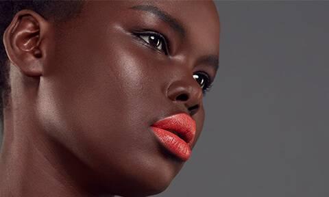 Vergiß deinen Lippenkonturenstift nicht, um deinen Schmollmund zu halten. Schaffe einen Ombre-Effekt oder trage auf den ganzen Lippen.