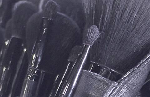 Luxe-Qualität, langanhaltende Lippenpinsel, die in London von unseren Visagisten entwickelt und in unserer School of Makeup Art getestet wurden.