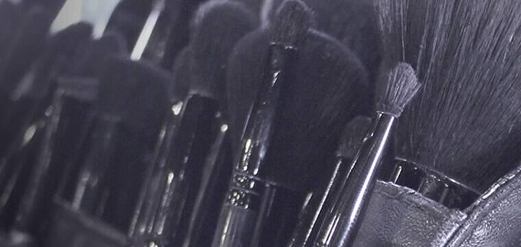 Concealer-Pinsel, Puder-Pinsel, Blush-Pinsel, alle die Tools, die du brauchst, um ein makelloses Finish zu erzielen.
