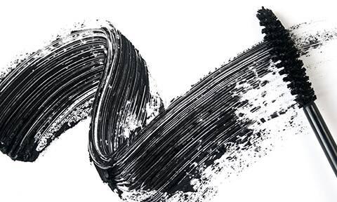 Mascara Illamasqua: Noir Profond, Fini Lustré, Formule Épaississante et Allongeant.