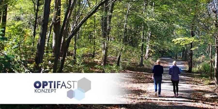 Menschen, die im Wald spazieren gehen
