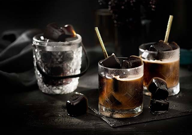 ココナッツミルク入りのアイスコーヒーと<br>コーヒーアイスキューブ