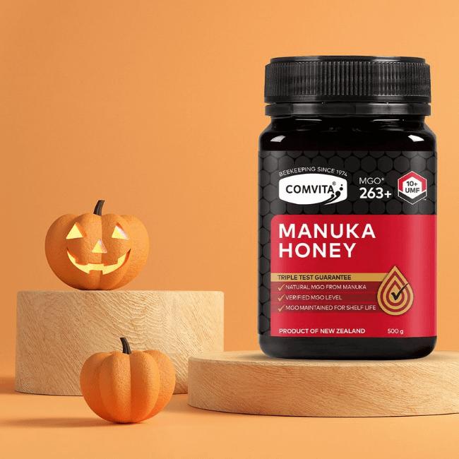Feiern Sie Halloween mit uns! Holen Sie sich die gesunden Vorteile unseres Manuka-Honigs nach Hause. Testen Sie dieses Jahr unser Sortiment und sparen Sie 15 % (der Rabatt gilt automatisch im Warenkorb, kein Code erforderlich).