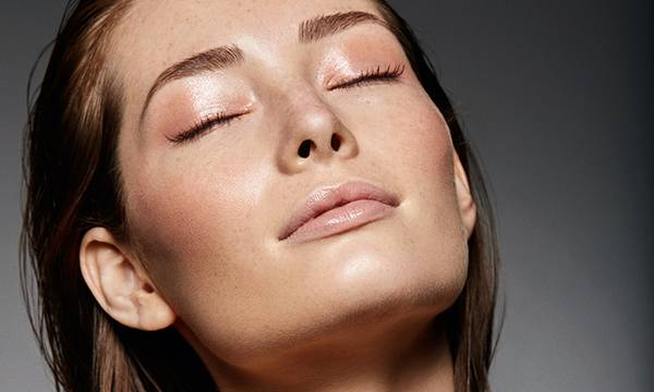 How to Achieve Dewy Skin Without Makeup (Even During Winter)
