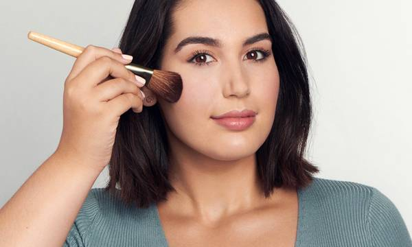 How to Soothe and Apply Makeup on Inflamed Skin, According to Experts