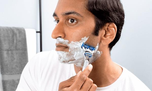 Die perfekte Rasur für Männer mit empfindlicher Haut und Hautrötungen liefert der Rasierer SkinGuard Sensitive von Gillette