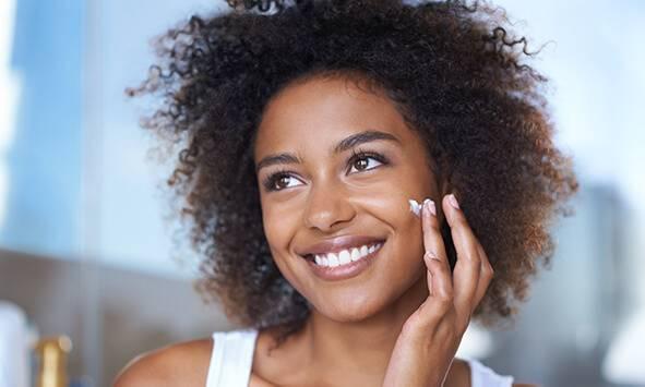 ¿Qué causa la piel deshidratada y qué podemos hacer para mejorarla? Echamos un vistazo a algunos de los mejores productos y cambios de estilo de vida para la piel deshidratada.