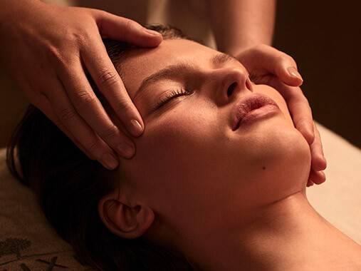 Sublimez la beauté de votre peau avec un soin du visage personnalisé.
