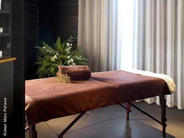 12-14, Rue Joseph le Maistre - 75018 Paris <br>  reservation@terrass-hotel.com Tél.: 01 46 06 72 85