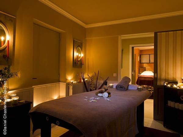À quelques pas des vignobles de Chablis et de Champagne, le Château de Courban est idéal pour s'offrir une échappée chic à l'esprit campagne. L'accueil et l'esprit familial règnent sur les lieux.<br><br>   Ce Spa NUXE est composé de 3 cabines, dont une double, un hammam, un sauna, un jacuzzi intérieur et une piscine extérieure…. Une parenthèse enchantée à vivre dans un lieu d'apaisement et bucolique.<br><br>   La carte de soins propose les incontournables des Spas NUXE et des soins composés sur-mesure tels que le massage Évasion Minérale aux pierres de Bourgogne ou l'Escapade Amoureuse, conçus en exclusivité pour ce Spa.