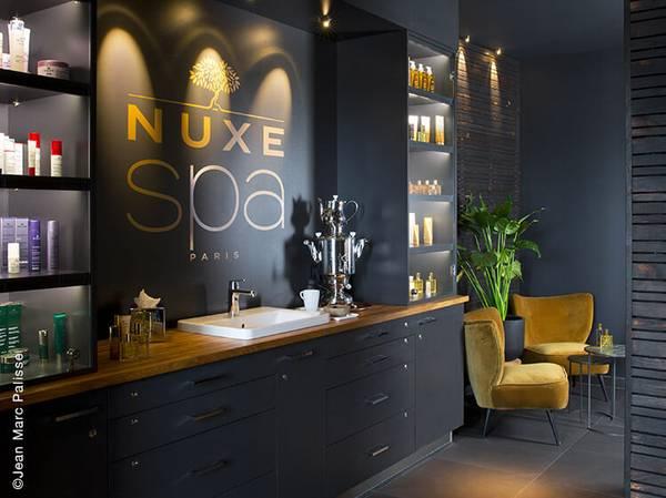 C'est à Montmartre que le SPA NUXE du Terrass'' Hôtel vous ouvre ses portes. À l'entrée de la butte, cet établissement prisé des artistes veille sur Paris depuis 1911 et offre l'une des plus belles vues sur Paris.<br> Un lieu quasi-mythique qui vous invite aujourd'hui à la détente.<br><br>  Composé d'une cabine duo, d'un hammam et d'un sauna, le Spa NUXE du Terrass'' Hôtel apparaît comme un cocon Prodigieux®. Il vous invite à un véritable voyage des sens loin du tumulte parisien.<br><br>  Dans ce lieu en toute intimité, le pouvoir des manœuvres exclusives NUXE Spa vous envoûtent et la magie opère pour un moment de bien-être et d'exception. <br>