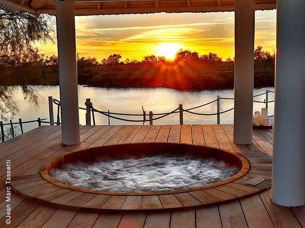 Niché au bord du Parc naturel régional de Camargue, le Spa NUXE de l'hôtel Mas de la Fouque**** vous offre une expérience de bout du monde à 1h30 de Paris. <br><br> Composé de 2 cabines, 1 yourte duo, hammam, sauna, jacuzzi et piscine extérieurs, le Spa offre un cadre magique. Entouré d'un immense plan d'eau où se promenent cygnes blancs, chevaux sauvages et flamants roses ; c'est le lieu idéal pour vivre un véritable moment d'évasion ouvert sur la nature. <br><br> La carte propose les incontournables des Spas NUXE et des soins composés sur-mesure tels que le massage Mas de Fouque d'1h30 ou l'Escapade en Camargue.