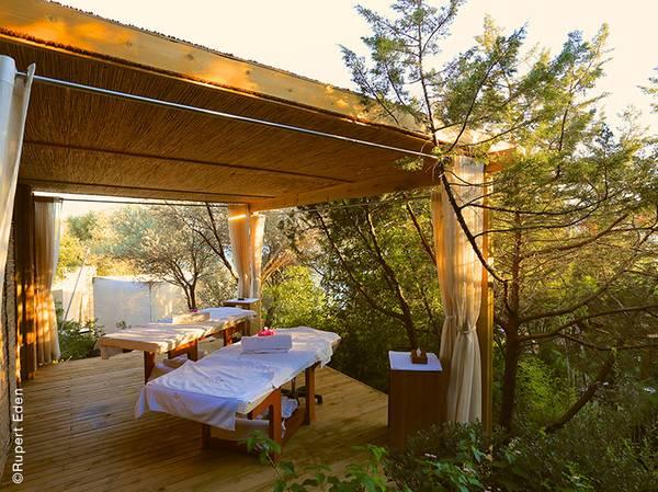 Sanctuaire de toutes les tranquillités, le Spa NUXE de l'Hôtel Le Maçakizi à Bodrum nous invite à la plus belle des évasions. <br><br> En plus de ses 5 cabines (dont deux en extérieur), le Spa propose de vivre une expérience magique avec trois tentes de massages blotties au coeur de la végétation, face à la mer. <br><br> Pour se plonger au cœur des traditions ottomanes, la carte de soins propose les incontournables des Spas NUXE mais également les célèbres bains turcs à vivre dans le hammam traditionnel avec une vue imprenable sur la nature presque sauvage.