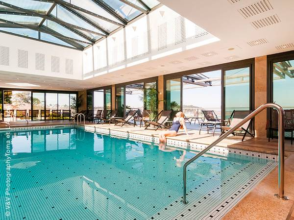 Au cœur de la côte de Granit Rose, découvrez le Spa NUXE de l'Hôtel l'Agapa***** situé dans un environnement unique avec vue sur mer et l'archipel des 7 îles.<br><br>  Cet espace de 400 m² propose 10 cabines, hammam, sauna, bain à remous et salle de fitness pour se prélasser à loisir. Le plus ? Une vaste piscine intérieure de 40 m².<br><br>  Pour la carte de soins, ce Spa nous offre un véritable voyage sensoriel.<br> Celle-ci joue en effet la diversité en nous faisant découvrir les soins incontournables des Spas NUXE ainsi que des soins spécifiques au lieu tels que des enveloppements d'algues, hydromassages et massages exotiques.