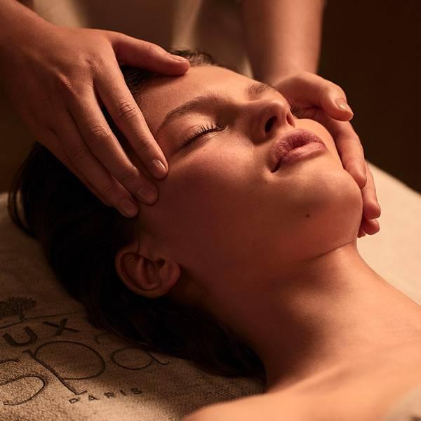 Votre soin visage démarre par un échange avec votre experte NUXE Spa pour déterminer ensemble les besoins de votre peau et vous offrir un soin personnalisé.<br><br> Pour vous plonger dans un état de relaxation et de détente, votre soin visage débutera par un massage relaxant de la nuque et des épaules.<br><br> Votre experte NUXE Spa vous démaquille ensuite avec douceur et minutie. Elle réalise ensuite un gommage aromatique exclusif appelé « 4F » car sa formule contient des fleurs, feuilles, fruits et fibres. Ce geste permet d'exfolier votre peau, pour la rendre douce et lisse et la préparer aux soins qu'elle va recevoir ensuite.<br><br> L'experte NUXE Spa vous applique ensuite un masque adapté à vos besoins et vous prodigue pendant la pose un massage, soit du cuir chevelu soit des mains selon vos souhaits.<br><br> Selon le soin que vous aurez choisi, il se poursuit par l'application de soins de jour, accompagnée d'un modelage plus ou moins long, avec ou sans accessoires (pour plus de précisions, référez-vous au déroulé du soin que vous avez choisi).<br><br> Tous les soins visage s'achèvent avec un massage de « réveil » sur les épaules et la nuque, pour vous redonner énergie et vitalité avant votre retour au monde extérieur.