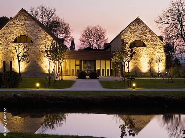 Au sein d'un petit village éponyme à 40 km de Paris se trouve le Spa NUXE du Château de Villiers-le-Mahieu****. <br><br> L'établissement y accueille ses hôtes au sein d'un espace de 700 m² dédié au bien-être. Baigné de lumière grâce à sa verrière à ciel ouvert, le Spa est composé de 4 cabines (dont une cabine duo), d'un bel espace humide comprenant une piscine (bancs hydromassants, nage à contre-courant, canons à eau), une douche tropicale, un hammam et un sauna. En été, le solarium extérieur donnant sur le parc arboré, vous permettra de profiter d'un moment de détente. <br><br> La carte de soins NUXE Spa, composée d'une sélection de soins incontournables adaptés à toutes les envies, vous présente le soin exclusif « Rituel Secret de Bien-Être » : 1h30 de soin visage complet adapté à votre peau et d'un NUXE Massage® sur mesure pour se relaxer. d'une journée au parc d'attraction.