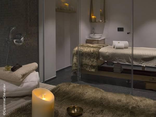 Le mythique Grand Hôtel de Serre-Chevalier s'est métamorphosé pour devenir un nid contemporain, fidèle à son esprit d'origine mais ultra connecté.<br> C'est dans cette ambiance boisée, moelleuse, enveloppante et familiale que le SPA Nuxe a ouvert ses portes. <br><br> Une bulle de sérénité composée de 3 cabines de soins, un hammam, un sauna, un Spa de nage et un espace détente… tout est réuni pour une expérience bien-être à l'atmosphère chaleureuse. <br><br> À la carte, les incontournables des Spas NUXE : soins visage et corps, massages d'exception ainsi que des escapades sur-mesure. Créé exclusivement pour ce Spa, découvrez le NUXE Massage Balade sur les cîmes pour une douce sensation d'évasion et de détente.