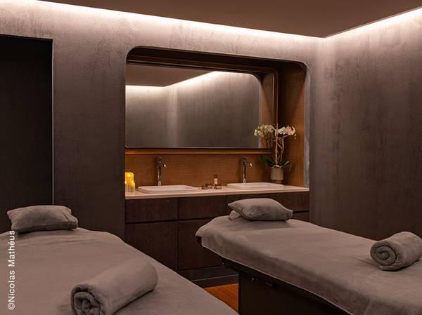 En plein coeur de Strasbourg, au coeur de la petite France, découvrez le Spa Nuxe Hôtel Les Haras****. Ressourcez-vous en plein coeur de Strasbourg et appréciez la douceur de vivre de l'hôtel Les Haras****. Bénéficiant de 3 cabines de soins dont 1 duo, d'une piscine intérieure, d'un sauna et d'un hammam, cet espace tout aussi insolite qu'apaisant est le lieu idéal pour se reconnecter à ses sens et goûter au luxe de prendre son temps…
