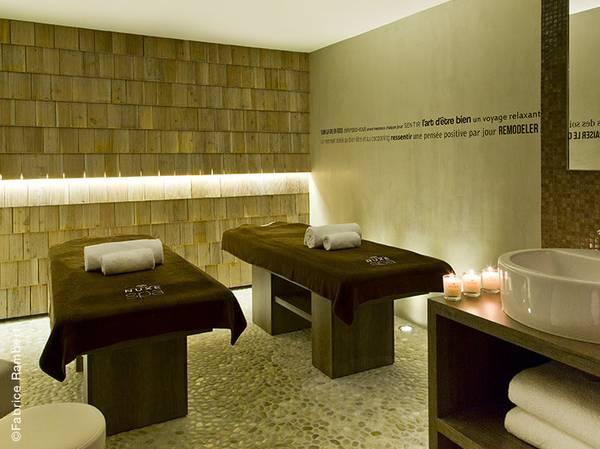 Après une rénovation audacieuse, l'Araucaria Hotel & Spa**** va éblouir ses hôtes en leur proposant le raffinement d'un 4 étoiles et une atmosphère propice à la détente. <br><br> Au sein de cet établissement à la décoration chic et sportive, on découvre un Spa NUXE de 450m² offrant des sensations uniques pour ressourcer le corps et l'esprit : piscine, sauna, tepidarium, grotte de glace…   <br><br> Dans l'une des 4 cabines de soins (dont 2 cabines duo avec vue sur les montagnes), on découvre le NUXE Massage® incontournable des lieux : L'Araucaria (1h15 – 133€), une expérience unique qui aide à retrouver énergie et sérénité grâce à l'association de gestuelles délassantes et de galets en bois chauds.