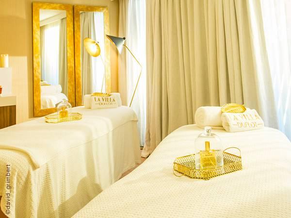 L'Hôtel La Villa Duflot est un véritable oasis de quiétude à Perpignan, doté d'une sublime piscine entourée d'arbres et d'un patio méditerranéen. Cet hôtel 4 étoiles, comptant parmi la prestigieuse sélection de la chaîne Les Collectionneurs. <br><br> Après avoir profité du sauna ou du hammam, on s'évade dans l'une des 3 cabines de soin (dont une double), où lumière douce et tons chauds distillent une sérénité planante. <br><br> Voir la carte de soins