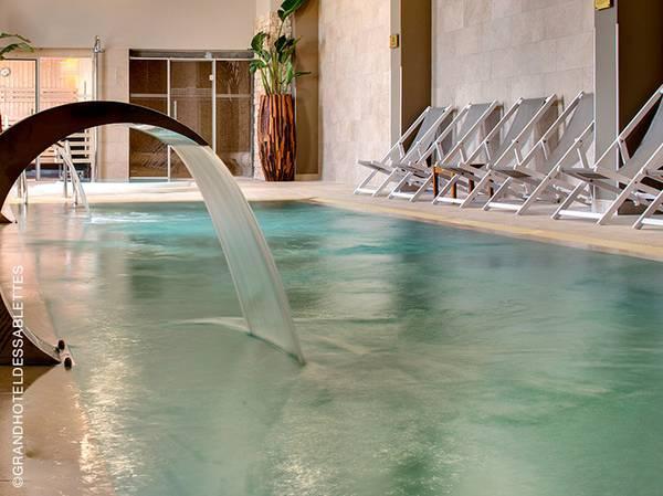 C'est face à la Méditerranée, que le Spa NUXE du Grand Hôtel des Sablettes - Plage**** vous ouvre ses portes et vous invite au lacher-prise, bercé par le doux son des vagues. <br><br> Dans un espace de 300 m2, 3 cabines de soins, piscine intérieure, piscine extérieure, bain à remous, sauna et hammam, le Spa NUXE est une bulle ressourçante dans laquelle vous pourrez vous abandonner totalement aux mains expertes de nos praticiennes. <br><br> La carte reprend les incontournables des Spas NUXE ainsi qu'un soin exclusif. Ce massage unique dénoue toutes les tensions grâce à l'utilisation de roseaux associée à l'Huile Prodigieuse®: sérénité et vitalité à la clé.