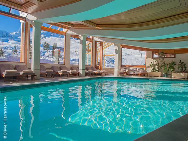 Situé à 1900m d'altitude, l'Annapurna est l'hôtel le plus haut de Courchevel. Plongez dans l'univers Nature, Luxe & Prodige au sein du Spa NUXE et bénéficiez d'une vue unique sur les montagnes environnantes. <br><br> Composé d'une cabine, piscines, jacuzzi, saunas et hammams, ce Spa NUXE vous invite à vivre un sublime moment cocooning. L'atout du Spa ? Une piscine extérieure chauffée à 30°C pour un bain exceptionnel au coeur des sommets. <br><br> La carte de soins reprend les incontournables des Spas NUXE ainsi que des exclusivités à découvrir comme le NUXE Massage Black Star et l'Escapade L'Annapurna créés sur-mesure.