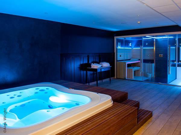 Laissez-vous porter par la sérénité des lieux de l'hôtel Gallia et Londres**** dans une atmosphère douce et un design raffiné avec vue exceptionnelle sur le Sanctuaire de Lourdes. <br><br> Profitez de cet écrin de verdure pour vous ressourcer. <br><br> L'espace bien-être privatif - Jacuzzi, sauna et hammam - avec son univers très feutré vous invite à la détente.