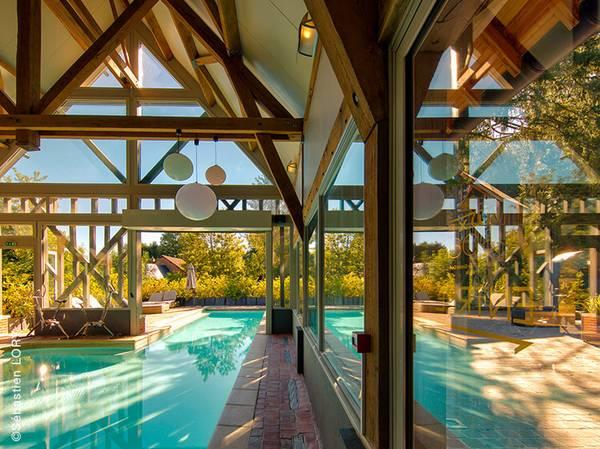 Adossé à 2 hôtels de charme, La Licorne**** – Le Grand Cerf Hôtels***, le Spa NUXE est niché au cœur d'une somptueuse forêt domaniale.<br><br>  La décoration insufflée par Flamant associée à la naturalité du bois mélèze confère à ce Spa une ambiance des plus chaleureuses… 4 cabines, un sauna, un hammam et une piscine sont à la disposition des clients.<br> Le plus? Une cabane de soins nichée dans un majestueux séquoia séculaire.<br><br>  La carte de soins propose les incontournables des Spas NUXE et des Escapades composées sur-mesure.<br> Découvrez les escapades