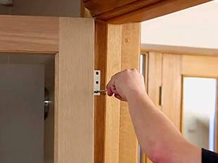 How to hang internal doors