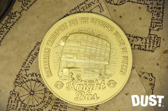 Medalla de edición limitada del Autobús Noctámbulo de Harry Potter bañada en oro de 24 quilates